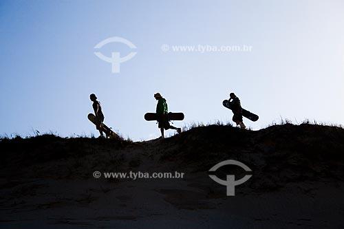Assunto: Sandboarders nas dunas do Morro dos Conventos  / Local:  Araranguá - Santa Catarina (SC) - Brasil  / Data: 22/08/2009