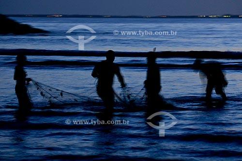 Assunto: Pescadores recolhendo rede de pesca na Praia do Forte /Local: Cabo Frio - Região dos Lagos - Costa do Sol - Rio de Janeiro / Data: 11-2009