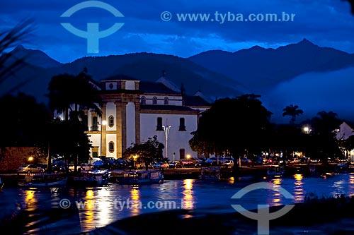 Assunto: Igreja da Matriz iluminada com barcos no rio Perequê-Açu em primeiro plano  / Local:  Paraty - Costa Verde - Rio de Janeiro  / Data: Janeiro 2010