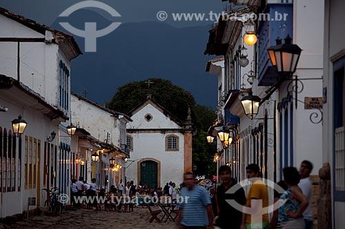 Assunto: Turistas passeando na Rua Samuel Costa com Igreja Nossa Senhora do Rosário no centro ao fundo  / Local:  Paraty - Costa Verde - Rio de Janeiro  / Data: Janeiro 2010