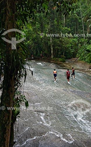 Assunto: Três jovens subindo a Cachoeira do Tobogã  / Local:  Paraty - Costa Verde - Mata Atlântica - Rio de Janeiro  / Data: Janeiro de 2010