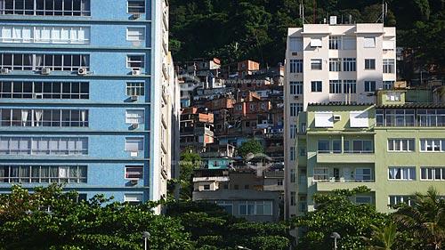 Assunto: Prédios da praia do Leme com a favela Chapéu Mangueira ao fundo  / Local:  Leme - Rio de Janeiro (RJ) - Brasil  / Data: Dezembro de 2009