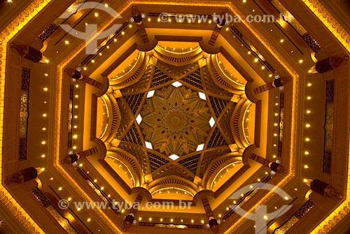 Assunto: Parte interna da Cúpula do Emirates Palace Hotel. Decoração conjugada com a iluminação de um dos domos sobre pontos de encontro dos amplos corredores de circulação  / Local:  Abu Dhabi - Emirados Arabes Unidos  / Data: 01/2009