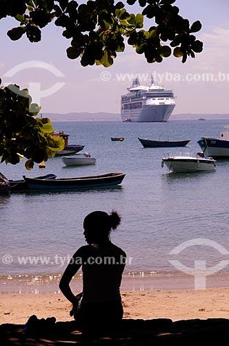 Assunto: Silhueta de mulher na Praia dos Ossos com um Navio Cruzeiro ao fundo  / Local:  Búzios - Rio de Janeiro - RJ - Brasil  / Data: 2009