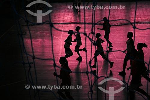 Assunto: Adolescentes tendo aula de educalção física em um ginásio poliesportivo do SESC  / Local:  Nova Iguaçu - RJ - Brasil  / Data: 2007