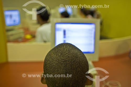 Assunto: Garoto de 10 anos acessa a internet gratuitamente na biblioteca do SESC  / Local:  SESC Madureira - Rio de Janeiro - RJ - Brasil  / Data: 2007