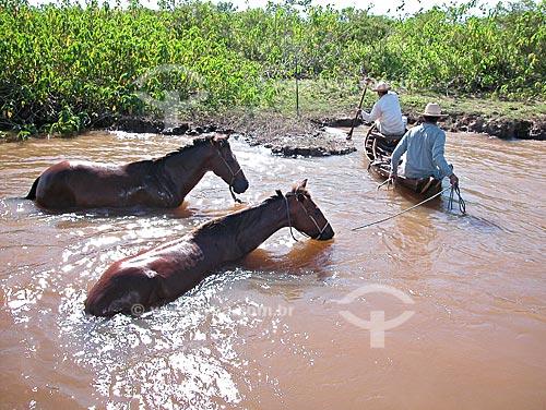 Assunto: Homens atravessando um paraná do rio Amazonas com cavalos, em Cacoal Grande, no Campo Experimental do Baixo Amazonas da EMBRAPA, perto de Santarém  / Local:  Pará (PA) - Brasil  / Data: 08/2003
