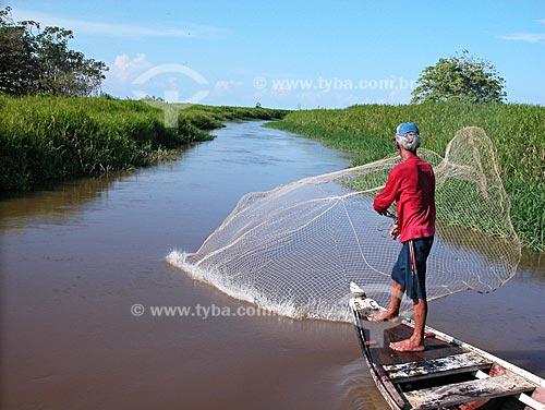 Assunto: Pescador lançando tarrafa num paraná do rio Amazonas, em Cacoal Grande, no baixo rio Amazonas, perto de Santarém  / Local:  Pará (PA) - Brasil  / Data: 08/2003
