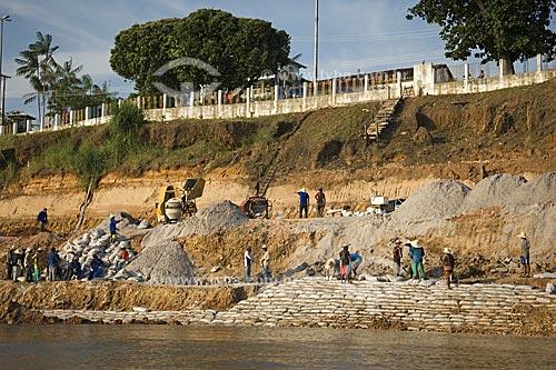 Assunto: Trabalhadores reforçando o barranco de Itacoatiara para evitar que caia pela erosão provocada pelas águas do rio Amazonas  / Local:  Itacoatiara - Amazonas (AM) - Brasil  / Data: 11/2007