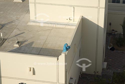 Assunto: Mulher Árabe no terraço de sua habitação / Local: Cidade de Al Ain - Emirados Árabes Unidos - Península Árabica / Data: Janeiro 2009
