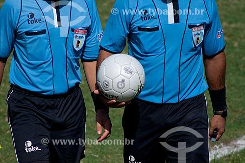 Assunto: Juízes de futebol segurando bola no Maracanã (Estádio Mário Filho)  no Jogo Grêmio x Flamengo / Local: Maracanã - Rio de Janeiro - RJ - Brasil / Data: 06/12/2009