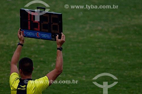 Assunto: Membro do quadro de arbitragem segurando placa de sinalização eletrônica do tempo de jogo no Maracanã (Estádio Mário Filho) durante o jogo final do Campeonato Brasileiro 2009  / Local: Maracanã - RJ / Data: 06/12/2009