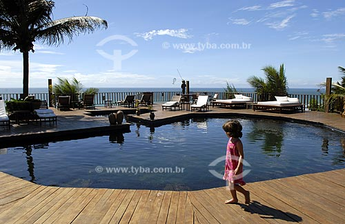 Assunto: Criança andando na beira da piscina do Hotel Sombra e Água Fresca, na Praia da Pipa  / Local:  Tibau do Sul - Rio Grande do Norte (RN) - Brasil  / Data: 06/2009