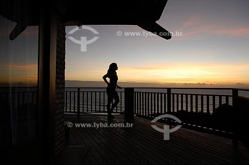 Assunto: Mulher assistindo o pôr do sol em uma varanda do Hotel Sombra e Água Fresca, na Praia da Pipa  / Local:  Tibau do Sul - Rio Grande do Norte (RN) - Brasil  / Data: 06/2009
