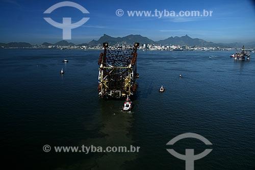 Assunto: Barcos rebocando a jaqueta (base) da Plataforma de Mexilhão na Baía de Guanabara / Local: Rio de Janeiro - RJ - Brasil / Data: 11/2009