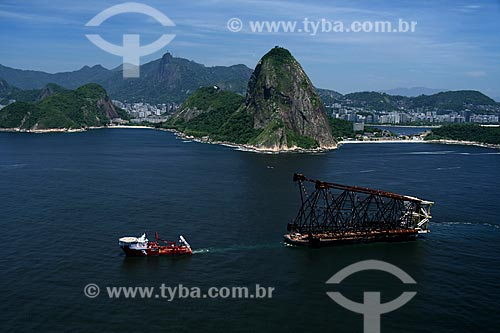 Assunto: Barco rebocando a jaqueta (base) da Plataforma de Mexilhão na Baía de Guanabara / Local: Rio de Janeiro - RJ - Brasil / Data: 11/2009