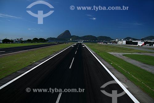 Assunto: Vista aérea do Aeroporto Santos Dumont com o Pão de Açúcar ao fundo / Local: Rio de Janeiro - RJ - Brasil / Data: 11/2009