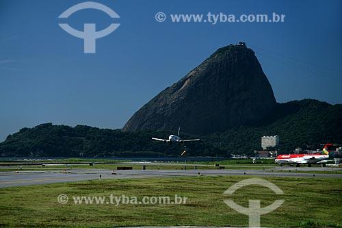 Assunto: Vista do Aeroporto Santos Dumont com o Pão de Açúcar ao fundo / Local: Rio de Janeiro - RJ - Brasil / Data: 11/2009