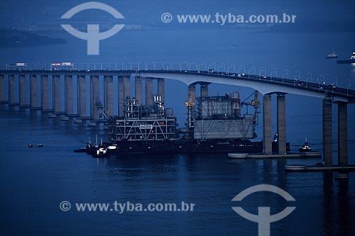 Assunto: Barca levando módulos da Plataforma de Mexilhão por baixo da parte mais elevada da Ponte Rio-Niterói  / Local:  Rio de Janeiro - RJ - Brasil  / Data: 11/2009