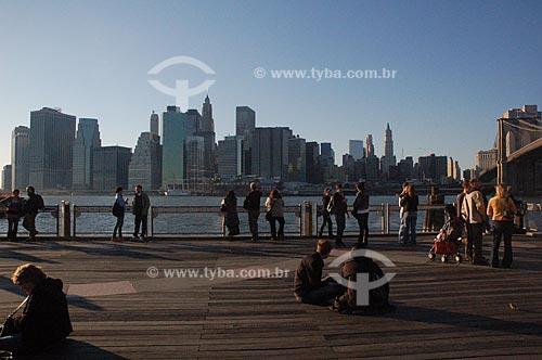 Assunto: Lower Manhattan vista do Brooklyn com a Brooklyn Bridge (Ponte do Brooklyn) à direita  / Local:  Nova Yorque - Estados Unidos da América  / Data: 10/2008