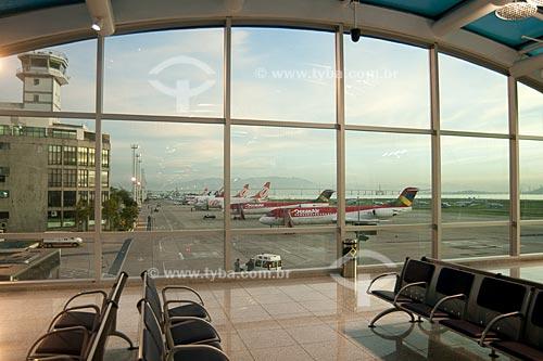 Assunto: Sala de embarque do Aeroporto Santos Dumont, monstrando a torre de controle e a pista com aviões ao fundo  / Local:  Rio de Janeiro - RJ - Brasil  / Data: 03/2010