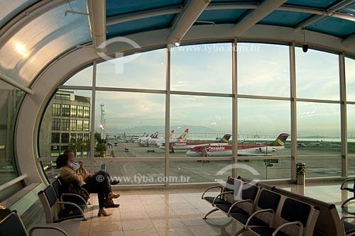 Assunto: Sala de embarque do Aeroporto Santos Dumont, monstrando a pista com aviões ao fundo  / Local:  Rio de Janeiro - RJ - Brasil  / Data: 03/2010