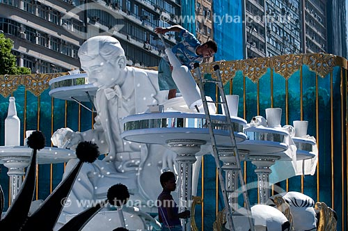 Assunto: Carros alegóricos da Unidos de Vila Isabel estacionados na rua Presidente Vargas. A escola de samba fez homenagem ao compositor Noel Rosa / Local: Rio de Janeiro - RJ - Brasil  / Data: 15/02/2010