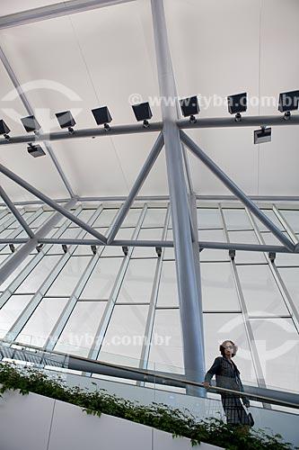 Assunto: Mulher descendo escadas do Aeroporto Internacional de Carrasco - General Cesareo L. Berisso - projeto do arquiteto uruguaio Rafael Viñoly / Local:  Montevidéu - Uruguai  / Data: 10/03/2010