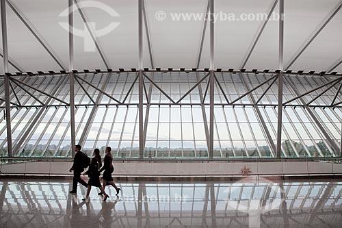 Assunto: Gupo de pessoas andando no hall do  Aeroporto Internacional de Carrasco - General Cesareo L. Berisso - projeto do arquiteto uruguaio Rafael Viñoly / Local:  Montevidéu - Uruguai  / Data: 10/03/2010