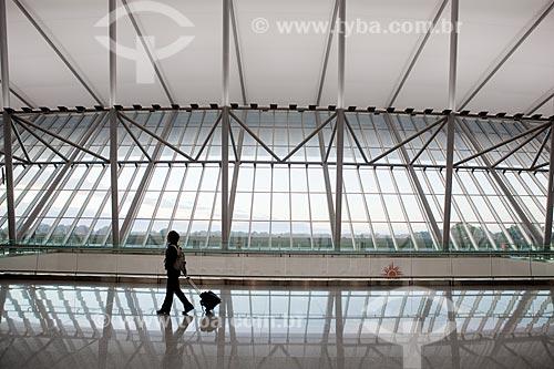 Assunto: Pessoa carregando bagagem no hall do  Aeroporto Internacional de Carrasco - General Cesareo L. Berisso - projeto do arquiteto uruguaio Rafael Viñoly / Local:  Montevidéu - Uruguai  / Data: 10/03/2010