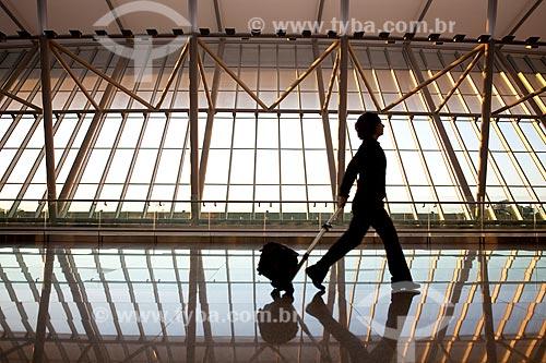 Assunto: Mulher carregando bagagem no hall do Aeroporto Internacional de Carrasco - General Cesareo L. Berisso - projeto do arquiteto uruguaio Rafael Viñoly / Local:  Montevidéu - Uruguai  / Data: 10/03/2010