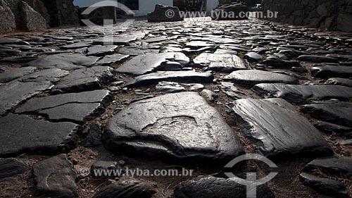 Assunto: Detalhe do pavimento original, remetendo ao primeiro periodo colonial, em frente ao Portón de Campo (Portão da Cidade)  / Local:  Bairro Histórico de Colônia do Sacramento - Uruguai - América Latina  / Data: 13/03/2010