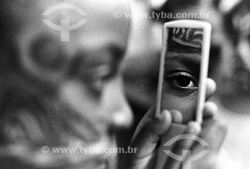 Assunto: Criança se pinta para o carnaval na favela de Manguinhos em evento organizado pela RedeCCAP  / Local:  Rio de Janeiro - RJ - Brasil  / Data: 02/2005