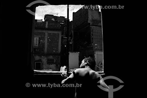 Assunto: Menino dentro de casa que vai ser demolida para as obras do PAC no morro do Alemão  / Local:  Rio de Janeiro - RJ - Brasil  / Data: 11/2009