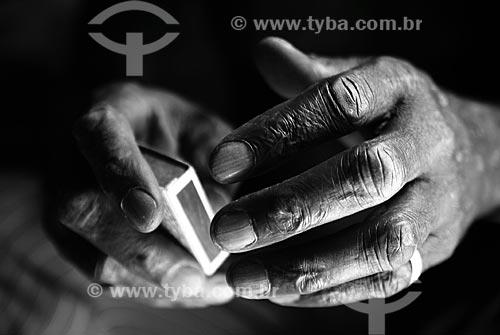 Assunto: Detalhe das mãos de Sr Pedro, antigo morador do morro do Alemão, tocando samba numa caixa de fósforo  / Local:  Rio de Janeiro - RJ - Brazil  / Data: 11/2009