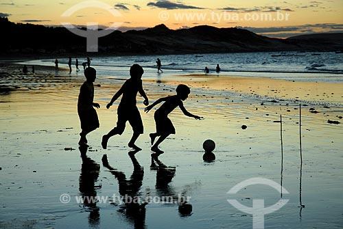 Assunto: Crianças jogando futebol na Praia da Redonda durante o pôr do sol  / Local:  Icapuí - Ceará (CE) - Brasil  / Data: 07/2007