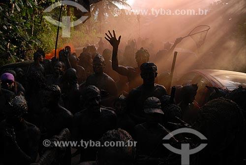 Assunto: Pessoas desfilando pelas ruas de Paraty no Bloco da Lama  / Local:  Paraty - RJ - Brasil  / Data: 2/2009
