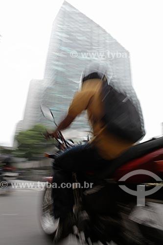 Assunto: Motociclista em trânsito no centro comercial da cidade  / Local:  Rio de Janeiro - RJ - Brasil  / Data: 19/02/2010