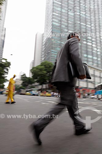 Assunto: Pedestre atravessando a rua no centro comercial da cidade  / Local:  Rio de Janeiro - RJ - Brasil  / Data: 19/02/2010