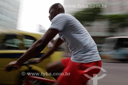 Assunto: Ciclista em trânsito no centro comercial da cidade  / Local:  Rio de Janeiro - RJ - Brasil  / Data: 19/02/2010