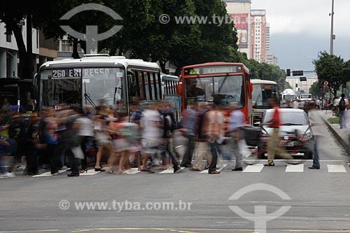 Assunto: Pedestres atravessando a Avenida Presidente Vargas no centro comercial da cidade  / Local:  Rio de Janeiro - RJ - Brasil  / Data: 19/02/2010