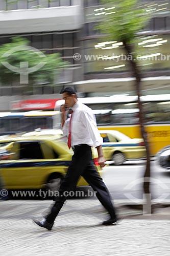 Assunto: Pedestre andando na calçada do centro comercial da cidade  / Local:  Rio de Janeiro - RJ - Brasil  / Data: 19/02/2010