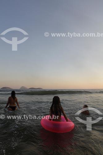 Assunto: Mulher e crianças mergulhando na praia de Ipanema ao entardecer  / Local:  Rio de Janeiro - RJ - Brasil  / Data: 21/02/2010