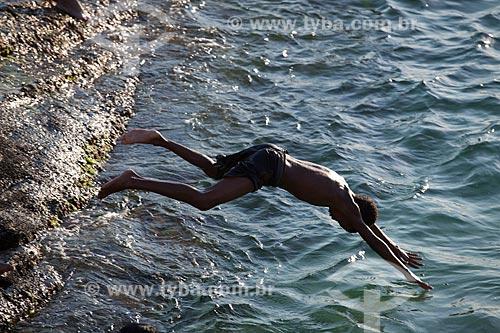 Assunto: Pessoa pulando de pedra e mergulhando no mar de Ipanema  / Local:  Rio de Janeiro - RJ - Brasil  / Data: 02/02/2010