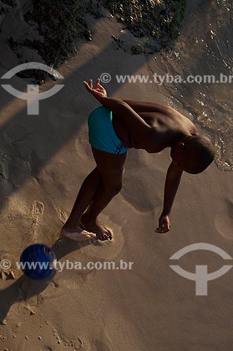 Assunto: Menino jogando futebol na areia da praia de Ipanema  / Local:  Rio de Janeiro - RJ - Brasil  / Data: 02/02/2010