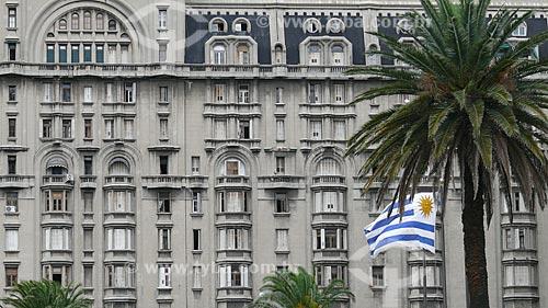Assunto: Detalhe do Palácio Salvo construído em 1928 e transformado em ponto turístico, com bandeira uruguaia em primeiro plano  / Local:  Montevidéu - Uruguai  / Data: 11/03/2010