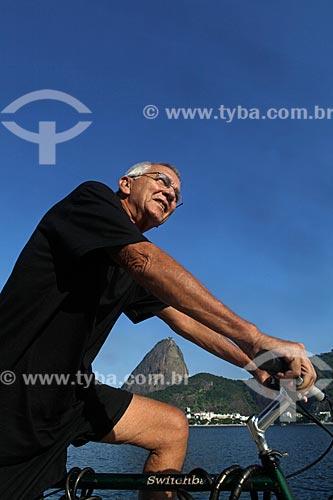 Assunto: Homem andando de bicicleta na Praia do Flamengo com o Pão de Açúcar ao fundo  / Local:  Rio de Janeiro - RJ - Brasil  / Data: 23/02/2010