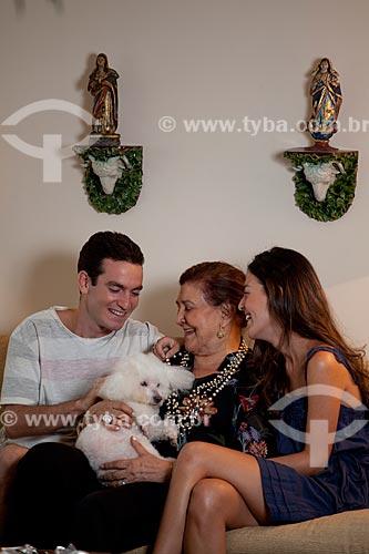 Assunto: Reunião de família em que avó, netos e animal de estimação se encontram  / Local:  Rio de Janeiro - RJ - Brasil  / Data: 04/02/2010