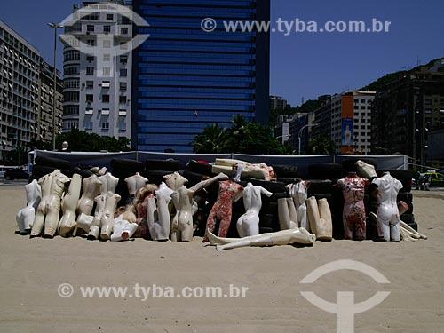 Manifestação contra a violência realizada na Praia de Copacabana, organizada pela ONG Rio de Paz. Manequins ensanguentados representam as milhares de pessoas que estão desaparecidas no Rio de Janeiro e que provavelmente foram assassinada   - Rio de Janeiro - Rio de Janeiro - Brasil