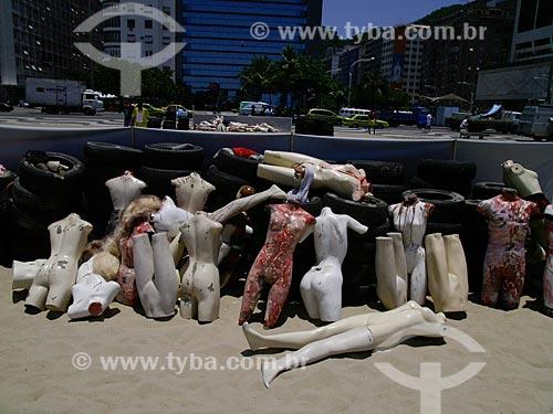 Manifestação contra a violência realizada na Praia de Copacabana, organizada pela ONG Rio de Paz. Uma pilha de pneus e de manequins ensanguentados representam as milhares de pessoas que estão desaparecidas no Rio de Janeiro e que provavelmente foram assassinadas. (Um dos método usado por traficantes para torturar e matar pessoas é atear fogo numa pilha de pneus com uma pessoa dentro - vulgarmente denominado microondas)   - Rio de Janeiro - Rio de Janeiro - Brasil